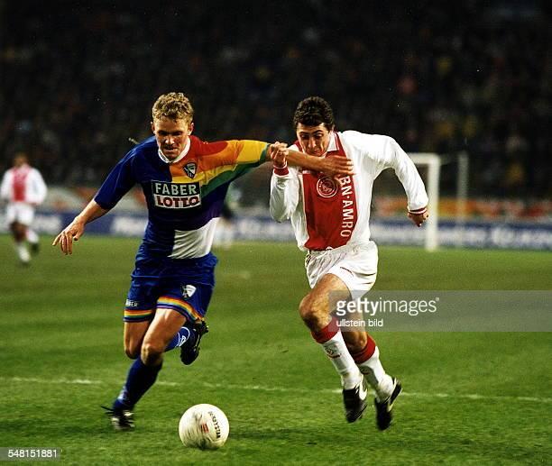 UEFAPokal Ajax Amsterdam VfL Bochum 42 Zweikampf zwischen Tomasz Waldoch und Arveladze November 1997