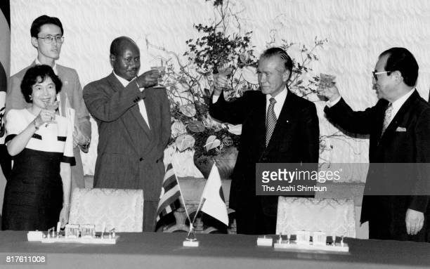 Ugandan President Yoweri Museveni and Japanese Prime Minister Tomiichi Murayama toast glasses during their dinner at Murayama's official residence on...