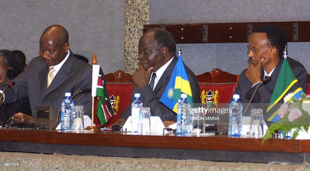 Ugandan president Yoweri Museveni (L) gi : News Photo