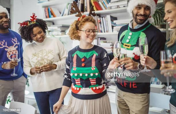 Hässliche Pullover Tag im Büro