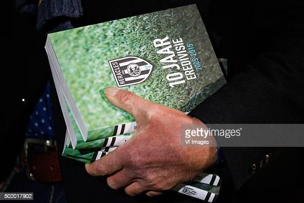 Uitreiking boek 10 jaar Eredivisie door Heracles voorzitter Jan Smit aan oud speler Kwame Quansah during the Dutch Eredivisie match between Heracles...