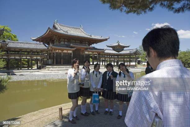 Uji près de Kyoto. Ecoliers et ecolieres visitant le temple du Biyodo-in Uji près de Kyoto. Ecoliers et ecolieres visitant le temple du Biyodo-in.