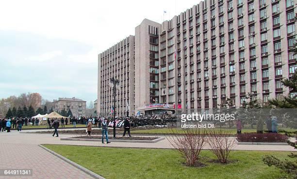 Ukraine das Donezbecken Kurzform Donbass Donezk Demonstration und eine Barrikade vor dem Eingang zum Gebäude der staatlichen Gebietsverwaltung Fahnen...