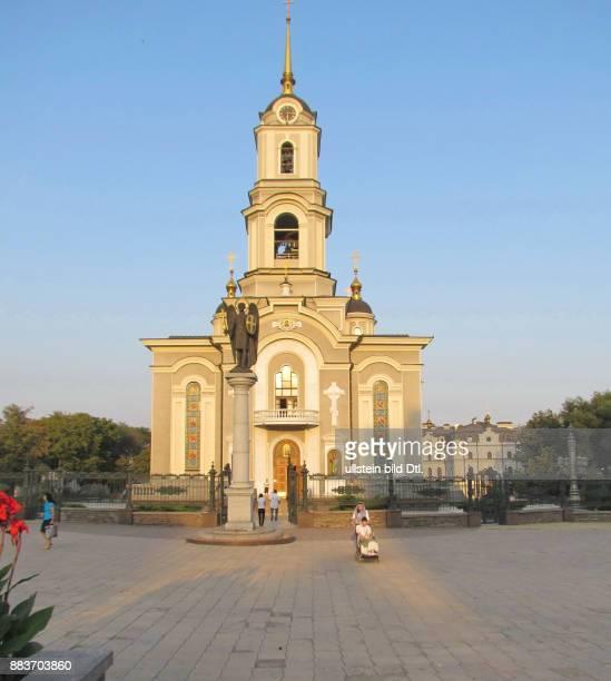 Ukraine das Donezbecken Kurzform Donbass Donezk Kathedrale zur Verklärung Christi errichtet 1997 2006 Architekt W W Anufrijenko Kolonne mit der Figur...