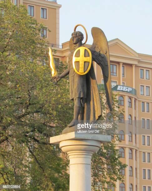 Ukraine das Donezbecken Kurzform Donbass Donezk Kolonne mit der Figur des Erzengels Michael vor der Kathedrale zur Verklärung Christi errichtet 1997...