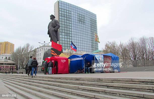Ukraine das Donezbecken Kurzform Donbass Donezk LeninPlatz Agitation für die Unabhängigkeit der selbstausgerufenen Donezker Republik Zelte der...
