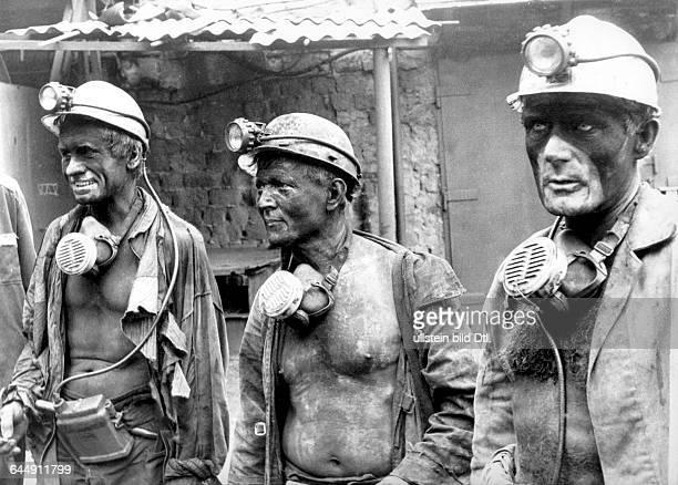 Ukraine das Donezbecken Kurzform Donbass Gebiet Donezk Gorlowka Steinkohlenbergbau Bergwerk A I Gajewoi Grubenarbeiter nach der Schicht