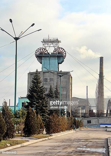 Ukraine das Donezbecken Kurzform Donbass Steinkohle und Industriegebiet im Südosten des Landes Donezk Stadtbezirk Budjonnowski Bergwerkverwaltung...