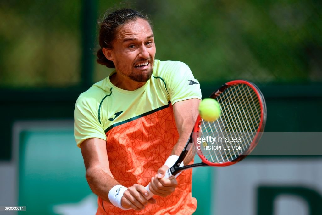 Ukraine's Alexandr Dolgopolov returns the ball to Argentina's Carlos Berlocq during their tennis match at the Roland Garros 2017 French Open on May 30, 2017 in Paris. /