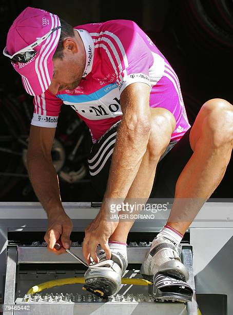 Ukraine's Serhiy Honchar fixes his shoe before a training session in a rest day in the 93rd Tour de France cycling race in Gap 17 July 2006 AFP PHOTO...