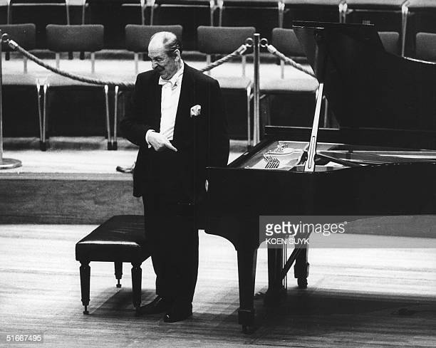Ukrainian born pianist Vladimir Horowitz thanks the audience after his concert on his own Steinway 26 November 1986 in Amsterdam Horowitz died 05...