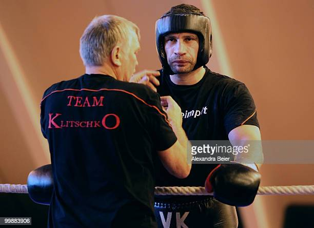 Ukrainian boxer Vitali Klitschko listens to his coach Fritz Sdunek during a training session on May 18 2010 in Going Austria The WBC Heavyweight...
