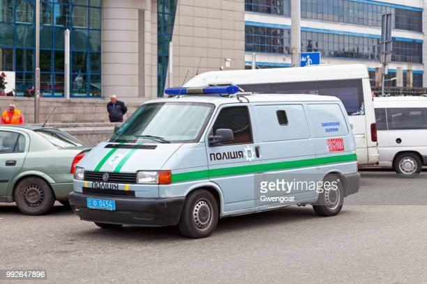 furgoneta de policía ucraniana - gwengoat fotografías e imágenes de stock