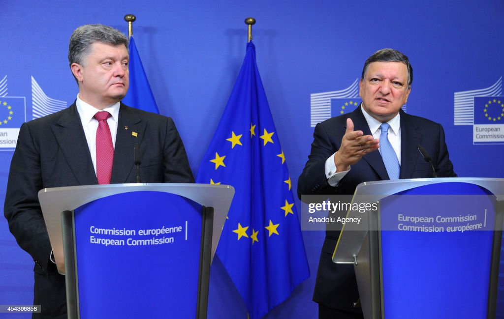 Ukrainian President Petro Poroshenko (L) and President of the European Commission Jose Manuel Barroso (R) hold a press conference in Brussels, Belgium on August 30, 2014.
