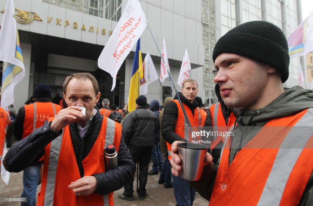 UKR: Ukrainian Railway Workers Demand Higher Wages In Kiev