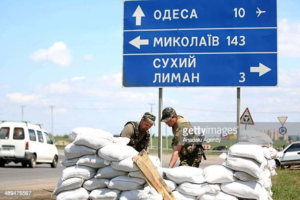 Ukrainian security forces set up a barricade at a checkpoint outside the southern Ukrainian city of Odessa on May 11, 2014.