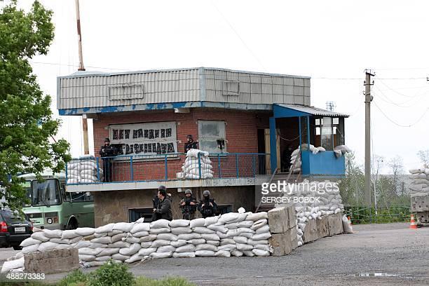 Ukrainian troops guard a checkpoint near the northeastern Ukrainian city of Izium in the Kharkiv region some 50km northwest of Slavyansk on May 5...