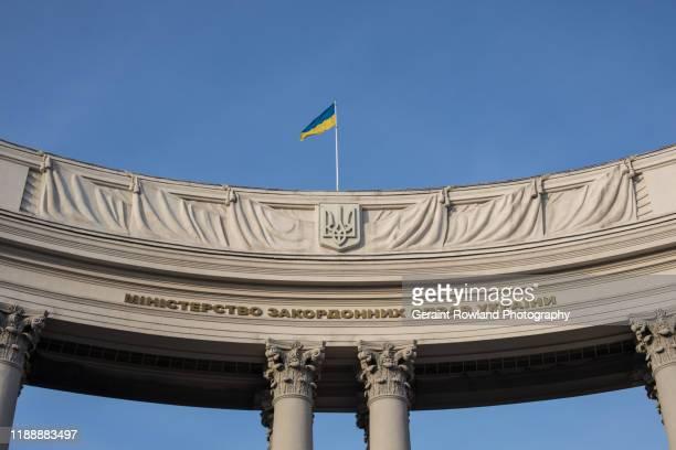 ukrainian writing & flag - ukraine photos et images de collection