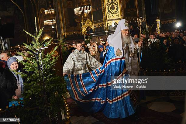 Ukrainians light candles before Christmas service in St Volodymyr's Cathedral in Kyiv Ukraine 06 January 2017 Ukrainian believers will celebrate...