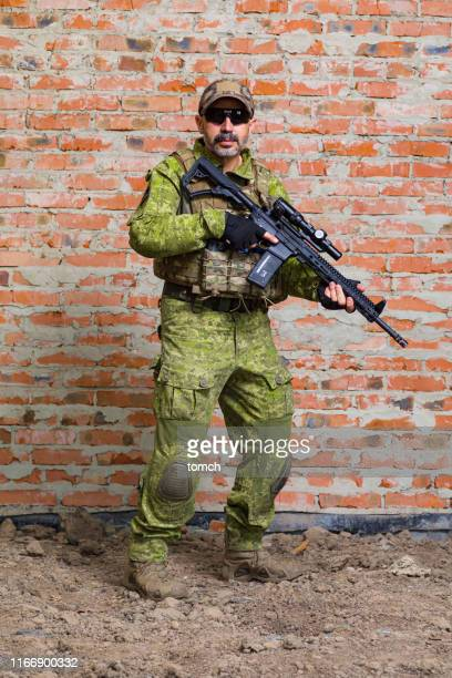 ukrrainian soldier with a machine gun - ukraine stock pictures, royalty-free photos & images