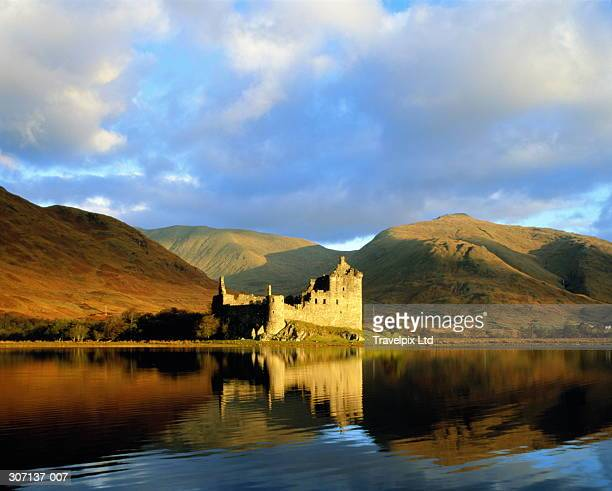 uk,scotland,kilchurn castle and surrounding hills beside loch awe - castle stock pictures, royalty-free photos & images