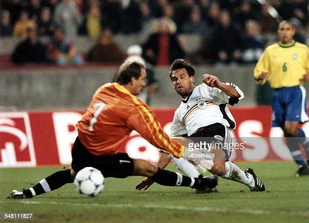 Freundschaftsspiel in Stuttgart Deutschland Brasilien 12 Ulf Kirsten erzielt gegen Torwart Taffarel den Ausgleich zum 11