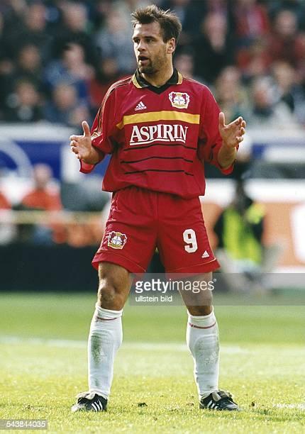 Ulf Kirsten Stürmer beim FußballBundesligisten Bayer 04 Leverkusen steht mit versteinerter Miene auf dem Spielfeld Er hat seine Arme in Brusthöhe...