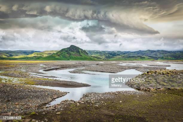 ulfarsdalur sudurland islandia paisaje volcánico dramático - paisaje volcánico fotografías e imágenes de stock