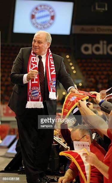 Uli Hoeness Hoeneß Präsident FC Bayern München nach der Versammlung beim Autogramme geben FC Bayern München e V Jahreshauptversammlung 2013
