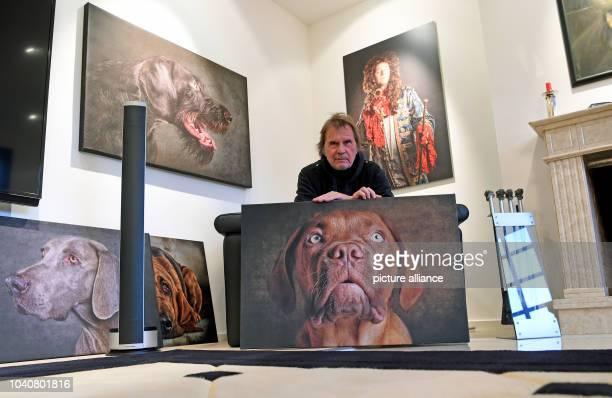 Uli Stein deutscher Cartoonist und Fotograf aufgenommen mit Hundeporträts am in seinem Haus in der Wedemark Stein feiert am zweiten Weihnachtstag...