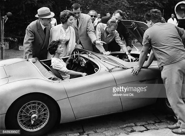 Ulla Jacobsson*Schauspielerin Schweden steht in Berlin mit anderen um einen Sportwagen herum vl Regisseur Erich Engels Ulla Jacobsson Dietmar...