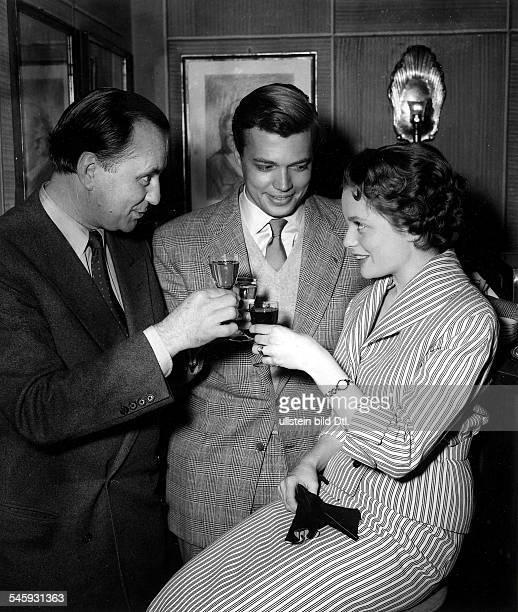 Ulla Jacobsson*Schauspielerin Schwedenstösst mit KarlHeinz Böhm und Regisseur Wolfgang Liebeneiner an April 1954