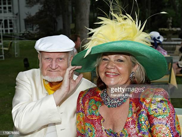 Ulla Klingbeil Mit Ehrem Ehemann Werner Bei Klingbeils Hutparty 2004 Im Schlosshotel Vier Jahreszeiten In Berlin Am 010504
