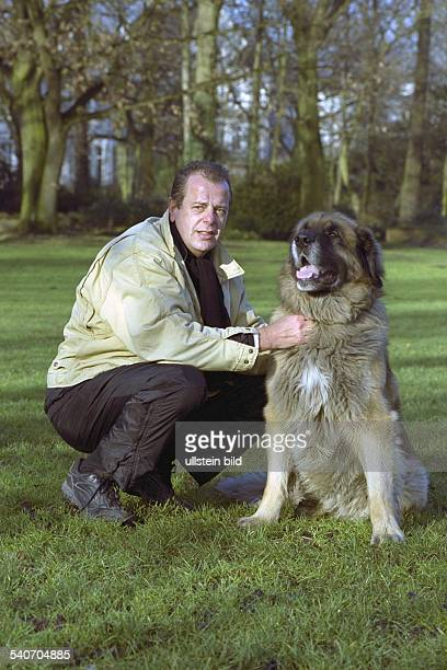Ulli Dunker vom Partyservice Boa Vista mit seinem Hund dem Leonberger 'Fritz' an der Alster in Hamburg