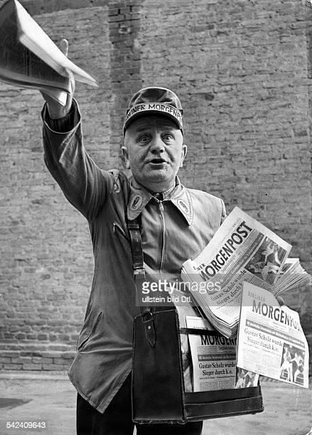 Ullstein Zeitungsverkäufer am BahnhofGesundbrunnen die Ausgaben der `BerlinerMorgenpost' die er verkauft tragen dieSchlagzeile Gustav Scholz...