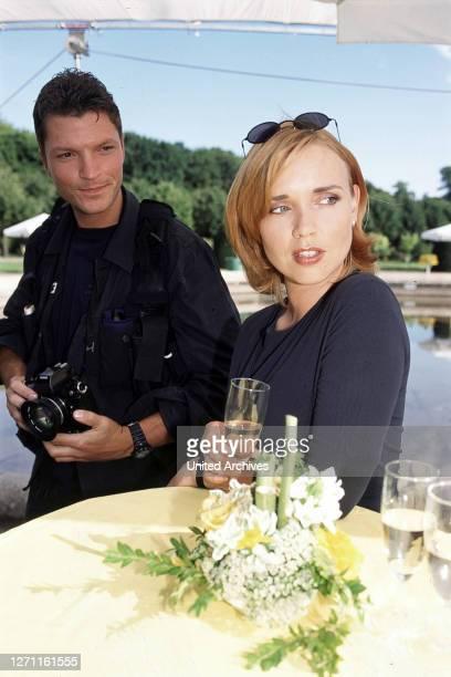 Ulrich König Frauen, die Prosecco trinken - das sind die brilliante Reporterin Flora , ihre Chefin Principessa und ihre Kolleginnen, die für ein...