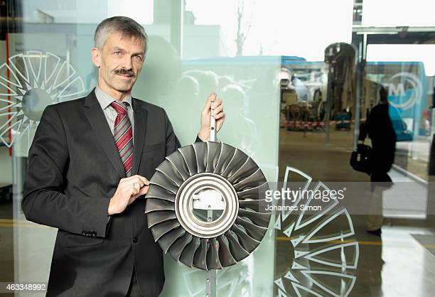 Ulrich Peters head of production explains a turbine to Bavarian Governor Horst Seehofer during a visit at the MTU Aero Engines AG production and...