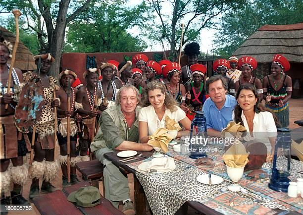 "Ulrich Pleitgen, Christine Mayn, Sigmar Solbach, Anja Kruse, afrikanische Ngoni-Folkloregruppe, Zambia, Afrika, ZDF, Serie, ""Traumschiff"", Folge: 44:..."