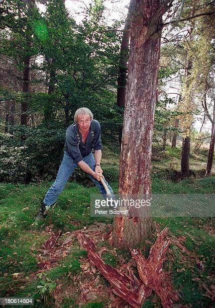 Ulrich Pleitgen im Ferienhaus in der Nordheide Homestory Axt Wald