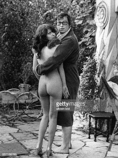 Ulrich Schamoni Regisseur Medienunternehmer D mit Anna Henkel im Film 'Chapeau Claque' 1974