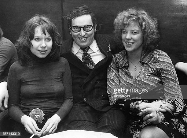 Ulrich Schamoni Regisseur Medienunternehmer D mit der Filmproduzentin Regina Ziegler und Anna Henkel 1974
