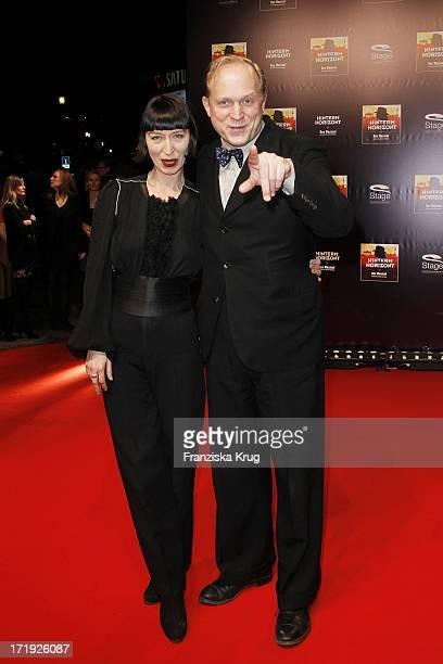 Ulrich Tukur Und Ehefrau Katharina Bei Der Premiere Des Musicals Hinterm Horizont Im Theater Am Potsdamer Platz In Berlin