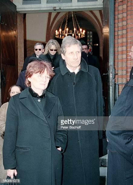 Ulrich Wickert Name folgt TrauerfeierDr Peter Matthaes HamburgHarvestehudeKirche am Turmweg TrauerkleidungPortal