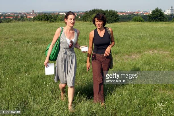 Ulrike Folkerts Schauspielerin beim Spaziergang mit Lexi