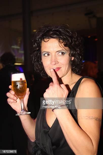 Ulrike Folkerts Trinkt Bier Bei Der Party Nach Der Verleihung Der Goldenen Kamera In Berlin