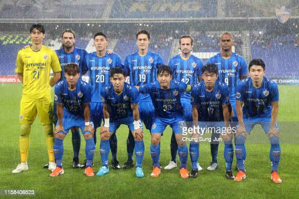 Ulsan Hyundai players line up for the team photos prior to the AFC Champions League round of 16 second leg match between Ulsan Hyundai and Urawa Red...