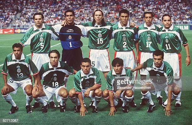CUP 2001 Ulsan REPUBLIK KOREA MEXIKO 21 hintere Reihe vli Duilio DAVINO TORWART Oswaldo SANCHEZ Antonio DE NIGRIS Claudio SUAREZ Octavio VALDEZ...