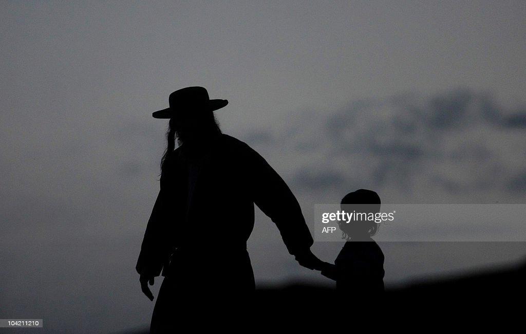 Ultra orthodox Jewish walk before celebr : News Photo