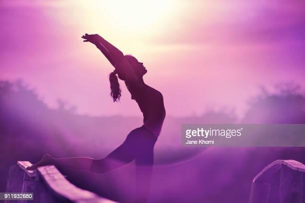 ultra violet yoga exercise - roxo - fotografias e filmes do acervo