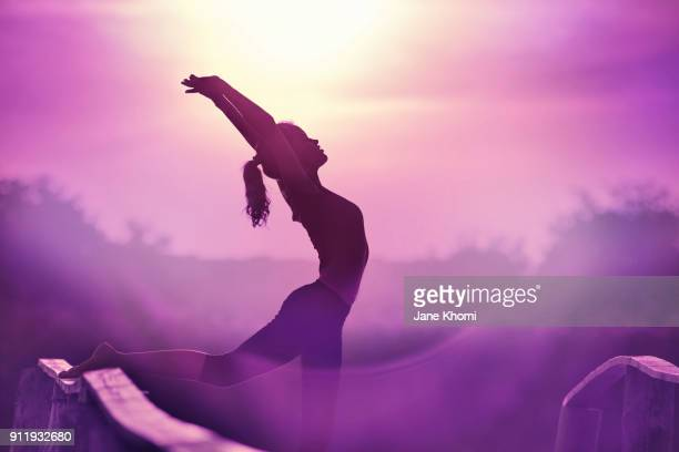 ultra violet yoga exercise - cuerpo pintado fotografías e imágenes de stock